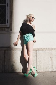 Thomas Unterberger Photography, Sophie Andersen Styling - Summer Outfit, turquoise hotpants, round sunnies