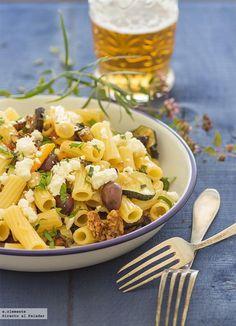 Receta de pasta con verduras asadas y queso feta. Receta con fotos del paso a paso y sugerencias de presentación. Recetas de...