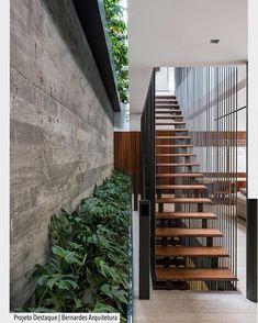 Escada maravilhosa com degraus em madeira e tirantes metálicos de proteção. Por Bernardes Arquitetura.  Arquiteturade #arquiteturadecoracao #adescada #escada #olioliteam