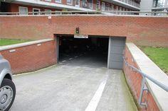 Ingang ondergrondse parkeergarage. Hier mogen alleen bewoners parkeren.