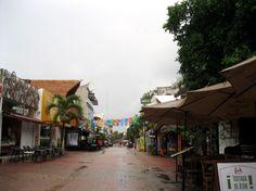 Die Quinta Avenida in Playa Del Carmen, Mexiko. Hier menschenleer nach einem Regenschauer.