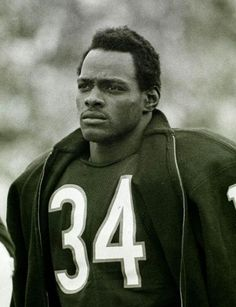 Gallery: 20 Iconic Photos of Walter Payton : Walter The best pics of Sweetness. Bears Football, Football Players, Football Memes, Football Cards, Chicago Bears, I Like To Dance, Walter Payton, Sport Icon, Iconic Photos