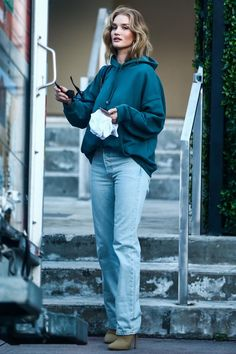 rosie huntington whiteley rocks sweats heels in miami Rosie Huntington Whiteley, Rosie Whiteley, Mode Simple, Look Street Style, Rock, Autumn Winter Fashion, Winter Style, Spring Fashion, Ideias Fashion