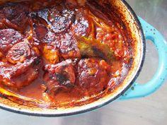 Een heerlijk stoofrecept voor een zondagmiddag: dit gastblog van 'de man' gaat over ossobuco. Een Italiaans stoofgerecht van kalfsschenkel. I Love Food, Chicken Wings, Italian Recipes, Stew, Tapas, Slow Cooker, Pork, Menu, Foodies