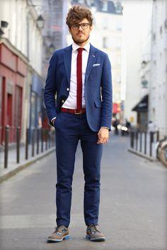 Florian, membre de l'équipe BonneGueule, met à l'honneur un contraste de couleurs complémentaires, réparties entre le rouge et le bleu. Cette chemise BonneGueule en dobby permet de contenir l'assortiment. Un plus ? Notre coup de coeur pour les brogues bi-matière Mark McNairy.  #modehomme #menswear #streetstyle #brogue #shirt