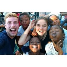 """E a maratona de projetos de voluntariado na África não para! Passe para o lado e veja >> (1 foto e dois vídeos fofos!). Nossa @allinedauroiz e o youtuber @igorsaringer foram conhecer o projeto Loving Cape Town Kids parceria da @you2africa com a @stb_brasil que cuida de quase 400 crianças: de 1 a 6 anos e de 6 a 13. Lá as crianças fizeram a maior festa e ensinaram canções em xhosa (lê-se """"côza"""") dialeto local repleto de barulhos com a língua (um som de """"clique"""" que se ouve no vídeo da…"""