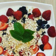 Geitenyoghurt met havermout en verse bosvruchten, heerlijk als ontbijt, lunch of nagerecht. Ook lekker voor kinderen! Suikervrij en koemelkvrij.