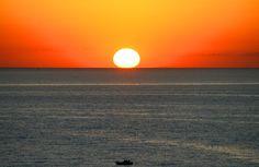 la sera si adagia silenziosa, l'aria danza intrepida, mentre un cielo vermiglio lambisce un mare dai cristalli di quarzo...  http://www.salentomonamour.com/tramonti.php