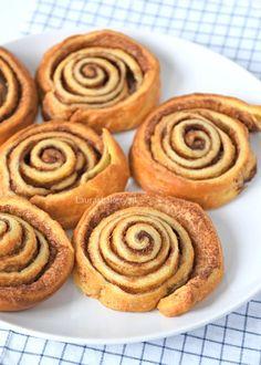 Snelle cinnamon rolls (Laura's Bakery) - Alles waar kaneel in zit vind ik lekker, maar van cinnamon rolls word ik wel heel erg gelukkig. Dutch Recipes, Sweet Recipes, Baking Recipes, No Bake Desserts, Dessert Recipes, High Tea, Easy Snacks, Easter Recipes, No Bake Cake
