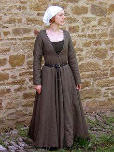 A German gown from the end of the fifteenth century with characteristic deep, pointed décolletage and original sleeve construction. The skirt is widened by four gores and has a small train. http://www.sew-mill.com/index2.php?lg=en&m=3&pm=34