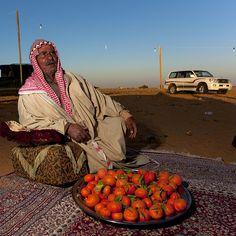 Saudi Arabia - Saudi hospitality in the desert Life In Saudi Arabia, Middle East Culture, Saudi Men, Hajj Pilgrimage, Mekkah, Arabian Peninsula, Eric Lafforgue, Celebrity Travel, People Around The World