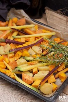 Geniet van de herfst met deze heerlijke herfst ovenschotel met regenboogwortels, pompoen en aardappels. Zelf maken? Lees verder op BonApetit!
