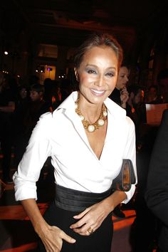 LOVE her elegant and sophisticated style (Isabel Preysler) What Is Elegant, Mode Chic, Ageless Beauty, Looks Chic, Fashion Over 40, White Shirts, Sophisticated Style, Fashion Outfits, Womens Fashion