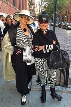 Idiosyncratic Fashionistas: Walking with the Muses - and with Pat Cleveland Weird Fashion, Trendy Fashion, Fashion Outfits, Style And Grace, My Style, The Golden Years, Hijab Style, Funny Friendship, Advanced Style