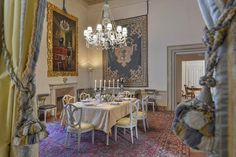 Maggio Palace: Luxury apartment with original frescoed walls located in one of the most elegant and noble palaces of Florence's Oltrarno neighborhood. It can accommodate up to 7 people in 4 bedrooms and 5 bathrooms making it ideal for families or group of friends