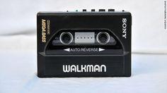 El walkman fue lanzado por Sony en 1979, convirtiéndose en el primer dispositivo que permitía a la gente transportar su propia música. Este producto se caracterizaba por la alta calidad de sonido y por su tamano. Cuando se lanzo al mercado su precio limito su difusión ya que pocos podían adquirirlo. Cambio radicalmente el mercado del tocadiscos y le proporciono el primer golpe a los tocadiscos.