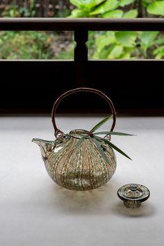 pattern on tea pot Porcelain Ceramics, Porcelain Jewelry, My Cup Of Tea, Tea Service, Japanese Pottery, Chocolate Pots, Tea Bowls, Glass Design, Tea Party