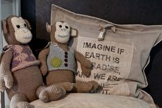 Herr & Fru Jørgensen støtter skoleprosjektet til En Sif&Gry i Nepal og selger håndstrikkede bamser, hvor mye av overskuddet går til skolegang for barna i Nepal. I tillegg slår vi et slag for gjenbruk og har tatt inn skikkelig robuste og coole uteputer som er laget av gamle seil og kapell. Bør klare seg helt fint ute på svaberget! :)