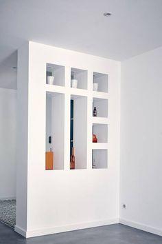Eine sehr stylische Trennwand zwischen EIngangsbereich und Wohnzimmer von Cendrine Deville Jacquot, Architecte DPLG, A²B2D