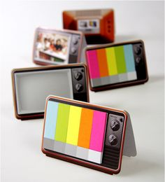 Memo strips in retro TV shape with sticky notes resembling a TV color test pattern / Haftnotizen in Form eines alten Fernsehers und Optik des Testbildes