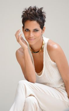 Today we shall focus more on the changed looks of Halle Berry fashion, hair and makeup. You too with the same skin tone can emulate her style and the varied images of Halle Berry fashion, hair and makeup as well. Halle Berry Hairstyles, Celebrity Hairstyles, Cool Hairstyles, Short Sassy Hair, Short Hair Cuts, Love Hair, Great Hair, Halle Berry Style, Halle Berry Pixie