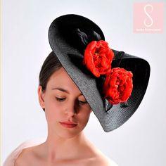 """El Tocado Rosa Darcey Bussell es un símbolo de amor, pasión, admiración y respeto.  Las rosas deben su nombre a la ex primera bailarina del Royal Ballet considerada una de las más grandes bailarinas británicas. Pertenece a la colección """"El alma de las Flores"""".  Realizadas a mano, de forma artesanal y de producción limitada.  Diseñado y producido enteramente en España de acuerdo a la filosofía del movimiento Slow, de forma sostenible y ecológica. Beanie, Ballet, Shape, Respect, Fascinators, Ballerinas, Roses, Beanies, Dance Ballet"""