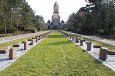 """Der """"Sozialistische Ehrenhain"""" befindet sich im Südfriedhof auf der Achse zwischen dem Krematorium und Nordtor. Der Ort war für jährliche Großkundgebungen konzipiert. Diese wurden selbstverständlich von der Staats- und Parteiführung begleitet. Besonders der Appellplatz kann als """"steingewordenes Zeugnis"""" der politischen Führung der ehemaligen DDR interpretiert werden."""