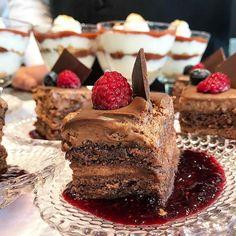 Hmmm...deu água na boca né? Aqui no #QGFhits é assim cada dia uma delicia diferente e hoje de sobremesa tivemos esse cake de chocolate feito pelo @buffetcharlo  serviço ótimo garçons eficientes e super educados!! Adoreeeei  @nininhasigrist @casadasfestas #buffetcharlo #altagastronomia #docesespeciais #nininhasigrist #casadevidrofhits @fhits