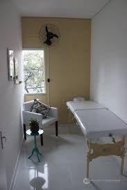 Resultado de imagem para sala de estetica pequena Beauty Haven, Dining Table, Spas, Facial, Furniture, Game, Design, Home Decor, Esthetics Room
