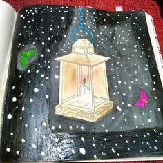 Instagram media nandinha_noodle - Tive a ideia genial de ir pintar depois de ter tomado antialergico, logo, estava com sono. Comecei com lápis de cor o fundo preto e resolvi tacar uma piloto por cima pra ir mais rápido. Até aí tudo bem, mas daí eu pensei que seria genial pintar a luminária com sombra dourada (oi?) e deu nisso.  Desculpa, Jardim Secreto, você não merecia isso.  #livros #livros #books #jardimsecreto #jardimsecretofail #secretgardenfail #secretgarden #socorr #apagaquedatempo