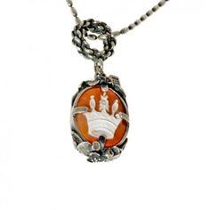 Diese Silberkette mit Perlen und zauberhafter handgeschnitzter Kamee ist wahrlich ein luxuriöses Prachtstück.