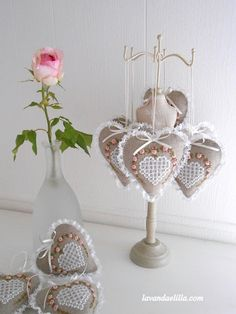 Lavanda e Lillà: Cuori Fabric Hearts, Fabric Flowers, Valentine Decorations, Valentine Crafts, Jute Crafts, Diy And Crafts, Manualidades Shabby Chic, Shabby Chic Hearts, Lavender Bags