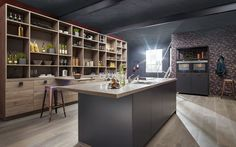 Holzstücke und Metallgegenstände neu genutzt in einer offenen Küche mit großer Kochinsel: Für weitere Details zum Industrial Style für die Küche klicken Sie auf dem Bild.