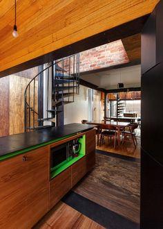 Cocina Estrecha Con Escalera De Caracol