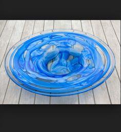 Ik heb deze afbeelding gekozen omdat het een blauw glazen schaal is en het kunstwerk ook.