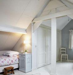 Binnenkant : Onder het schuine dak.....