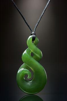 Twist Koru aus Jade mit zwei Symbol Elemente original aus Neuseeland • Gearbeitet aus Nephrit  Jade    • Inklusive geflochtener und gewachsten Kordel in der Farbe schwarz   • Kordel mit Knebel und Schlaufe...