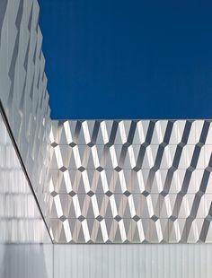 http://www.baunetzwissen.de/objektartikel/Fassade-Bauhaus-Halensee-in-Berlin_3994941.html?source=hpt