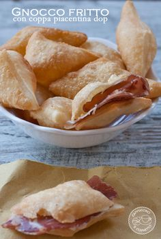 Gnocco fritto e coppa piacentina DOP Beignets, Fried Dumplings, Latin Food, Quick Snacks, Dinner Rolls, Sweet And Salty, Hot Dog Buns, Italian Recipes, Easy Meals
