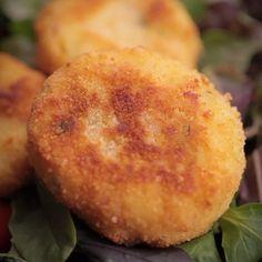 """750g vous propose la recette """"Croquettes express de pomme de terre au jambon"""" accompagnée de sa version vidéo pour cuisiner en compagnie de Chef Damien et Chef Christophe."""