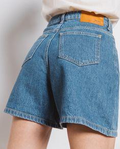 Базовый гардероб 2021: силуэты и вещи (галерея образов) Photo & outfit - Balzac Paris #тренды2021 #базовыйгардероб2021 #силуэты2021 #сочетания2021 #женскийгардероб2021 #стиль2021 #мода2021 #модныеобразы2021 #белаярубашка2021 #джинсы2021 #платья2021 #тренч2021 #топы2021 #блейзер2021 Women's Fashion, Jeans, Fashion Women, Womens Fashion, Woman Fashion, Denim, Denim Pants, Feminine Fashion