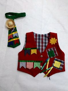 Lindo colete e gravata para seu filho arrasar na festa junina - C1E865 Baby Dress Patterns, Toy Story, Animals And Pets, Christmas Stockings, Apron, Patches, Sewing, Halloween, Children
