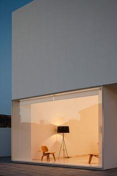 Un gran muro blanco establece la zona de vivienda y la de jardín de esta casa blanca, proyectada por el arquitecto Adolfo Pérez, ubicada en Puerto de Santa María