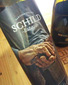 Os rótulos dessa vinícola são sensacionais; um shiraz australiano safra 2011. E ao fundo um pinot noir alemão safra 2009. #schild #schildestate #shiraz #australia #meyernakel #spatburgunder #pinotnoir #alemanha #decanterbsb #decanter #vinho #vinhobr #vinhotinto #instavinho #wine #redwine #instawine #winelovers #winelover #wineonmytime by giggiobruno http://www.australiaunwrapped.com/ #AustraliaUnwrapped