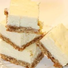 This is a favorite cheesecake bar recipe. One that you can prepare and have a variety of toppings that your guest can build their own cheesecake. Toppings such as nuts, chocolate, carmel sauce, strawb Cheesecake Bars, Cheesecake Recipes, Cheesecake Toppings, Homemade Cheesecake, Classic Cheesecake, Plain Cheesecake, Lemon Cheesecake, Yummy Treats, Sweet Treats