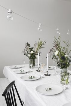 Simple table setting, love it! Making any simple space beautiful with a touch of greenery Table Setting Inspiration, Decoration Inspiration, Christmas Dining Table, Wedding Table Settings, Table Arrangements, Deco Table, Home Decor Furniture, Dinner Table, Event Decor
