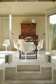 All-white Saarinen tulip chairs are sculptural in this setting. // Модернистский монастырь, архитектор Роже Анже |
