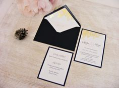 Zaproszenia ślubne granat, złocone kwiaty i ozdobna koperta