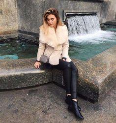 Unterschiedliche Materialien zu kombinieren kann manchmal so effektiv sein: Zu ihrer Lederhose trägt Stefanie Giesinger ein Wickeljäckchen mit Kuschelbesatz. Toll!