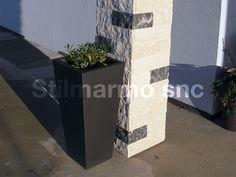 La pietra naturale sta su tutto! Anche su un vaso moderno.  Dettaglio di colonna rivestita in Spaccatello di marmo Botticino e Grigio carnico - Made in Italy